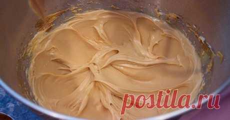Карамельный крем   Существует много разновидностей кремов для торта, однако универсальных из них — единицы. Одним из таких можно считать карамельный крем. Ведь им можно прослаивать коржи торта, наполнять пирожные и капкейки, украшать поверхность других кондитерских изделий. А еще он вполне может выступать как самостоятельное десертное блюдо.   Карамельный крем, рецепт которого мы сегодня для вас подготовили, получается не приторным, нежным, с легким сливочным привкусом. Ос...