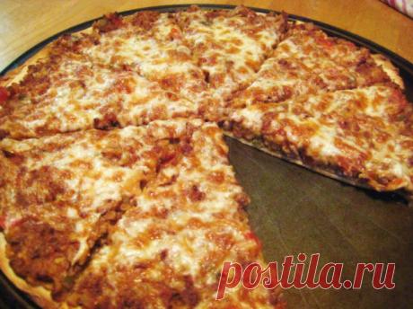 Пицца с фаршем в духовке   Для приготовления пиццы с фаршем в духовке потребуется:  ДЛЯ ТЕСТА:  мука высшего сорта - 1,5 стакана;  кефир - 0,5 стакана;  растительное масло - 30 г;  сухие дрожжи - 1 ч. л.;  соль - 0,5 ч. л.;  сахар - 1 ч. л.  ДЛЯ НАЧИНКИ:  фарш (я готовила с куриным фаршем) - 200 г;  помидоры - 2 шт.;  сыр твердый - 60 г;  соус томатный - 2 ст. л.;  майонез - 1-2 ст. л.;  лук зеленый - 0,5 пучка;  соевый соус - 2 ч. л.;  соль, специи для курицы, перец черны...