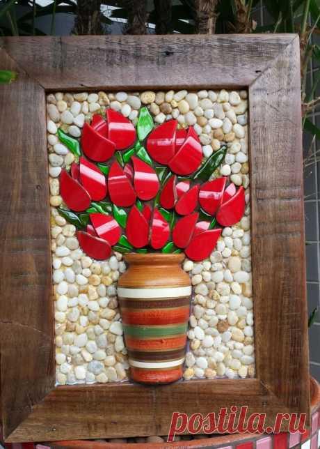 Quadro em picassiete de tulipas vermelhas. Fundo revestido de pedras. Moldura madeira de demolição.