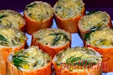 Рецепт фаршированного багета. Очень вкусно и оригинально. Простой и быстрый рецепт вкусного завтрака, для которого необходим минимум продуктов – грибы, сыр и лук.