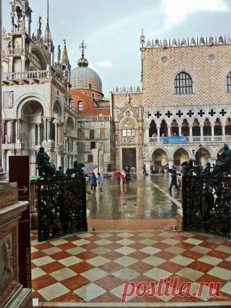 На многих старых зданиях этого города можно встретить символ святого Марка в виде льва, держащего книгу. Если книга открыта, то во время постройки здания в городе было мирное время. Если закрыта, то город находился в состоянии войны. Вид на площадь Святого Марка и Дворец Дожей. Венеция, Италия.