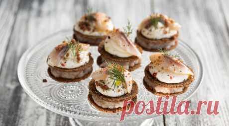 Закусочные шарлотки из бородинского хлеба, сельди и сметанного крема