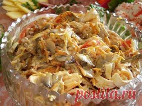 Очень вкусный салат «Нежный» — объедение           Приготовление: Лук (2-3 штуки) порезать тонкими полукольцами, обжариваем до золотистого цвета на растительном масле. Шампиньоны (300 грамм) режем кубиками, обжариваем до золотистой корочки, …