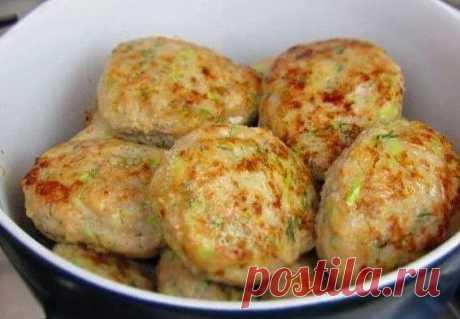 КУРИНЫЕ КОТЛЕТКИ С КАБАЧКОМ - ВКУСНО И ПОЛЕЗНО!   Куриные котлетки с кабачком получаются очень сочными и вкусными. Можно готовить из любого фарша, добавлять разную зелень, приправы или сыр.  Ингредиенты:  1 кг куриного фарша  1 кабачок  1 яйцо  1 ст. л панировочных сухарей  1 ч.л приправы для курицы  укроп  соль  растительное масло