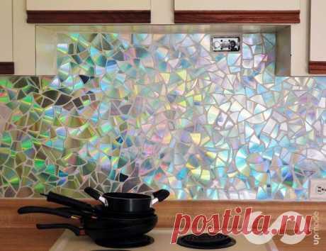 Отделка рабочей стены на кухне мозаикой из компакт-дисков — DIYIdeas