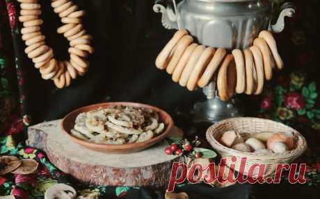 Вареники с картошкой и грибами Ингредиенты для теста:Мука пшеничная в. с. — 2 стак.Соль — ½ ч. л.Фильтрованная вода (кипяток) — 1 стак.Подсолнечное масло — 2 ст. л.Для начинки:Картофель — 5 шт.Репчатый лук (измельченный) — 1 шт.Шампиньоны (измельченные)...