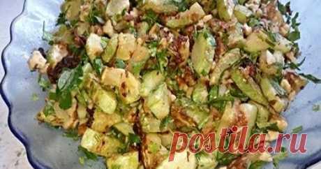 Салат с жареными кабачками, орехами и чесноком Салат с обжаренными кабачками, орехами и чесноком получается вкусным, пикантным, сытным и при этом малокалорийным.