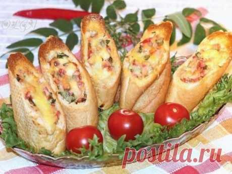 Хлебные стаканчики из багета Такие стаканчики можно съесть не только дома, но и взять с собой на пикник. Ингредиенты: Багет — 1 шт. Колбаса вареная «Докторская» — 100 г Брынза — 100 г Перец болгарский — 1 шт. Яйцо — 1 шт. Твердый сыр — 50 г Помидор — 1 шт. Зелень петрушки и укропа Приготовление: 1. Подготовить ингредиенты. 2. Багет нарезать на кусочки и вынуть мякоть. 3. Готовим начинку: нарезаем небольшими кубиками колбасу, брынзу (можно использовать плавленый сырок), болгарский перец и по