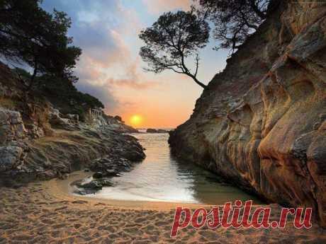 Восход в бухте на побережье Коста Дорада, Испания
