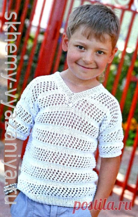 Летняя белая футболка для мальчика. Схема вязания спицами и описание.