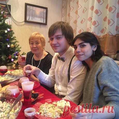 Photo by Галина угленко on February 02, 2020. На изображении может находиться: 3 человека, люди сидят, стол и в помещении