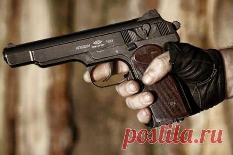 Любимый пистолет офицеров  Разработка легендарного «Стечкина» началась одновременно с работой над ПМ. Молодой и очень талантливый инженер, Игорь Ярославович Стечкин, потратил всего год на производство пистолета, которому сужде…