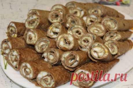 Рулетики из печеночных блинчиковТонкие блинчики можно приготовить не только по традиционному рецепту из молока и муки, но и из печени. Получается необычный вкус, а начинку можно добавить любую. Эта питательная закуска станет украшением любого стола, в том числе и новогоднего. печень 900 г для теста яйцо 6 шт молоко 0.5 ст мука 10 ст.л. для начинки яйцо 5 шт плавленный сыр 2 шт майонез 3-4 ст.л. с