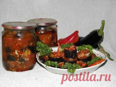 Las berenjenas de ajo en el tomate - el acopio para el invierno.