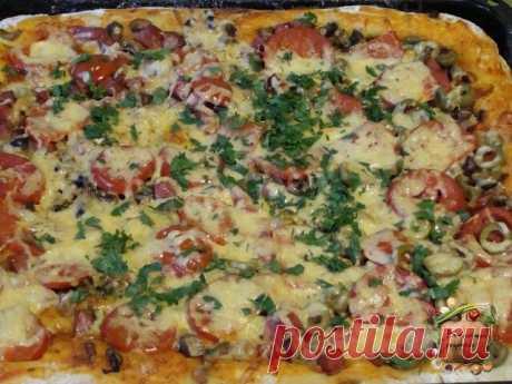 Быстрая пицца на противне  Это рецепт для тех, кто любит пиццу, но ленится ее готовить по всем правилам итальянской кухни. Упрощаем рецепт до безобразия, но получаем все равно очень вкусную и аппетитную пиццу.  Ингредиенты:  Яйца — 2 Штуки Майонез — 3 Ст. ложки Мука — 3 Ст. ложки Колбаса — 150 Грамм Лук — 1/2 Штуки Помидор — 1 Штука Сыр — 200 Грамм Зелень — - По вкусу  Приготовление:  Смешиваем яйца, майонез и муку. Хорошенько перемешиваем. Получившееся тесто выливаем в фо...