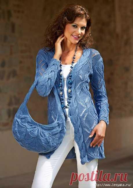 Очаровательный весеннее-летний комплект: синий кардиган и сумочка со сцепными косами спицами!