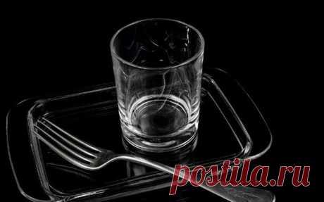 Чудеса русского языка.             Это фантастика! Перед нами стол. На столе стакан и вилка. Что они делают? Стакан стоит, а вилка лежит. Если мы воткнем вилку в котлету, вилка будет стоять. То есть стоят вертикальные предм…