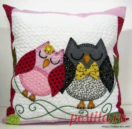Las almohadas decorativas.