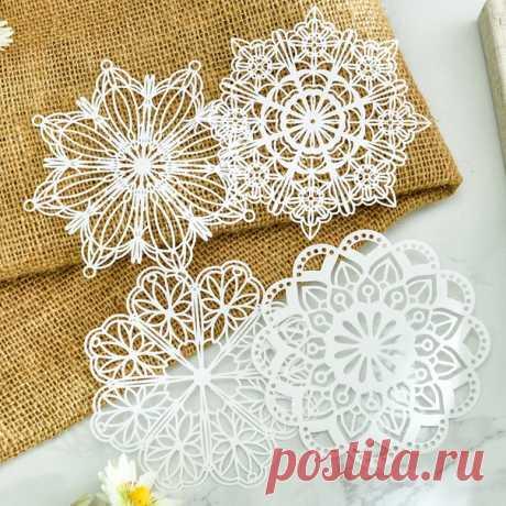 Новый год приближается) ========================= Замечательные бумажные снежинки для украшения дома, для создания поздравительных открыток, для красивой упаковки новогодних подарков, так же можно использовать как трафареты для декора праздниного торта.  Размер снежинок: около 10 см Упаковка: 2 шт./узор, 4 узора/набор, всего 8 штук  ====================== Добавляйте нужные товары в корзину за это начисляются баллы. Меняйте баллы на купоны, ими можно оплатить часть покупки в распродажу 11.11