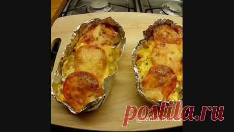 Вот, что обязательно будет на моем Новогоднем столе!!!  Ингредиенты (на 4 порции): - картошка - 4 шт; - филе рыбы (телапия, треска) - 2 шт; - 1 луковица; - 2 яйца; - 2 помидора; - сыр - 150 гр; - соль, перец, немного майонеза (можно сметану). ⠀ Картошку и помидоры нарезаем кружочками. Рыбу нарезаем небольшими кусочками. Яйца отвариваем и натираем на тёрке. Лук нарезаем мелкими кубиками, сыр натираем на мелкой тёрке. ⠀ Собираем запеканку: 1. В наши импровизированные лодочки...