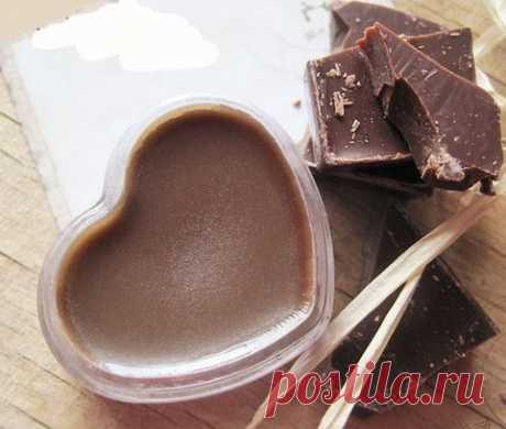 Шоколадный блеск для губ своими руками (всего за 20 минут)  Рецепт таков: ✔вазелин 2 ст.ложки ✔горький шоколад не меньше 70%, количество по желанию, ✔корицу ✔любое масло для полезности. Например персиковое, 1-2 капли.  Приготовление: На водяной бане растопить вазелин, добавить в растопленный вазелин тертый шоколадик. Когда шоколад растопится полностью всыпать корицу и добавить масло. Снять с огня. Сразу влить в форму удобную для использования жесткого бальзама-блеска для губ. И