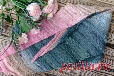 Бактус-волнорез так его называют рукодельницы. Небольшой платок, в форме неправильного треугольника, связан волнами. Нежнейшие цвета и их сочетание