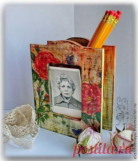 Карандашница + фото рамка изготовлена в технике декупаж в стиле шебби-шик, с потертостями. Подойдет в подарок любому занятому человеку и украсит его рабочий стол. Ваша работа станет более приятной и конформной.