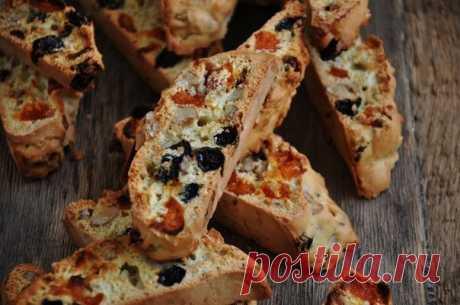 Бискотти.  Бискотти - это знаменитая итальянская сладость, которую очень легко приготовить в домашних условиях. Тесто для бискотти формуют в виде батона и отправляют в духовку, а после разрезают на ломтики и снова выпекают (название «Бискотти» так и переводится - «печенье, выпеченное дважды»). Добавки для печенья могут быть самыми разными, традиционно - это сухофрукты и миндаль. Очень популярно в последнее время добавлять в тесто шоколад, или же просто после выпечки обмакн...