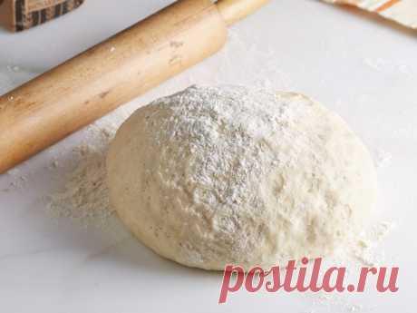 Тесто для пирожков на простокваше Основой для бездрожжевого пирожкового теста может стать любой кисломолочный продукт, но вкуснее всего получается тесто для пирожков на простокваше.