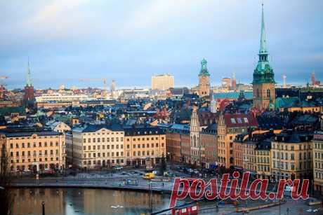 Скандинавия. Здесь в красивых местах с высокими ценами живут счастливые люди. За первым и последним сюда рвутся тысячи путешественников, откровенно боясь второго. Как выжить, что посмотреть и на чем сэкономить в Стокгольме вы узнаете в этом материале.