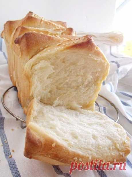 Хлеб гармошка – красивый, пышный, вкусный!Хлеб гармошку можно дополнить разными начинками! Если Вы сделаете из теста не квадраты, а прямоугольники, согнёте пополам, а вовнутрь положите по ломтику сыра и колбасы, получится оригинальный и сытный хлеб-бутерброд! Его мы с Вами тоже скоро приготовим. А ещё можно пересыпать сегменты «гармошки» корицей с сахаром, орехами, маком… Можно нафантазировать столько всего! А какие идеи есть у Вас?