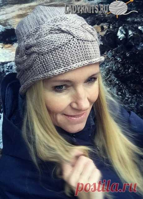 Вязаная спицами женская шапка с широкой поперечной косой