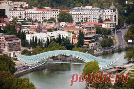 Мост мира в Тбилиси Выделяясь на фоне старых построек исторического центра Тбилиси, над рекой Мтквари (Кура) расположен уникальный стеклянный Мост Мира, соединивший два берега как две эпохи. С одной стороны архитектура прошлого, с другой  современный город. Висячий волнообразный мост длиной в 156 метров был…