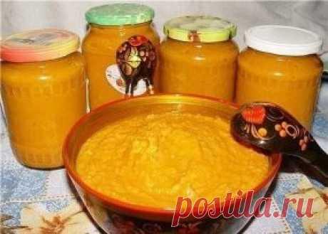 ИЗУМИТЕЛЬНАЯ КАБАЧКОВАЯ ИКРА ЦАРЕВНА!!! Ингредиенты: 3 кг кабачков; 1 кг моркови; 1 кг лука; 4 ст. ложки томатной пасты; 1 ст. ложка 70%-го уксуса; 2,5 ст. ложки соли; сахар по вкусу; 0,5 л подсолнечного масла. Приготовление: Нарезать очищенные продукты, отварить немного в воде одно за другим: морковь, кабачки, лук - в такой последовательности. Варить чуть-чуть. Остудить, перекрутить через мясорубку. Продукты получаются мягкие, чем когда сырые овощи перекрутишь (не образую...