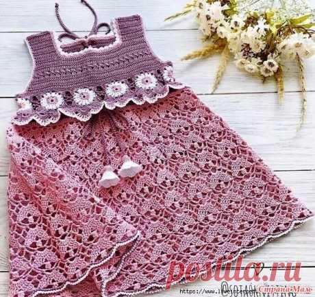 Нарядное платье или сарафанчик для девочки Это платье или сарафан для девочки выглядит очень нарядно, благодаря удачно подобранным узорам, отделке квадратной кокетки красивыми мотивами и цвету использованной пряжи оно выглядит очень
