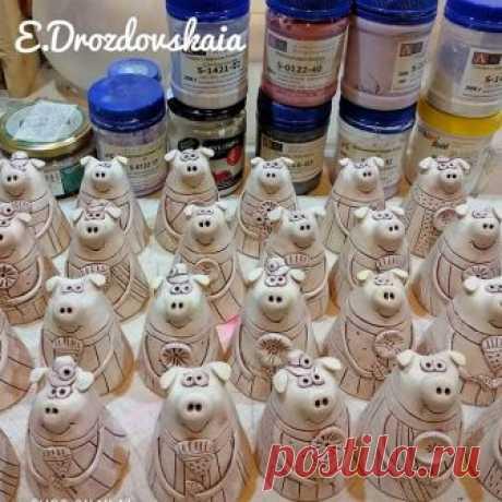 Уже завтра!!! Много колокольчиков!) А сейчас красить,красить,красить🙈 🕊️ Доставка по России ✉️Для связи пишите в директ, WhatsApp, Viber +7(918)2512494 🏡Прийти, посмотреть или провести мк можно в г. Туапсе, предварительно позвонив по телефону. #ceramics #art #ceramicsart #lizadrozdovskaia #gifts #handmade #bells #pigs #piggy #clay #pottery #tuapse #керамика #керамикаручнойработы #впроцессе #рабочийпроцесс #колокольчики #колокольчиксвинка #свинка #ручнаяработа #новыйгод #туапсе