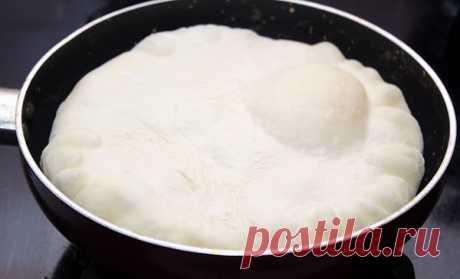 Хачапури по-тбилисски   Ингредиенты:  -Мука пшеничная 3 стакана  -Кефир 1 стакан  -Яйцо куриное 2 шт.  -Соль 1 ч.л.  -Сахар 1 ч.л.  -Сода пищевая 0,5 ч.л.  -Масло растительное 1 ст.л.  -Сыр твердых сортов 400 г  -Масло сливочное 50 г   В кефир добавляем одно яйцо, сахар, соль и растительное масло, хорошенько перемешиваем.  стакана муки просеиваем (один стакан муки оставляем для подсыпки), добавляем соду, перемешиваем и соединяем с кефирной массой.  Замешиваем мягкое тесто,...