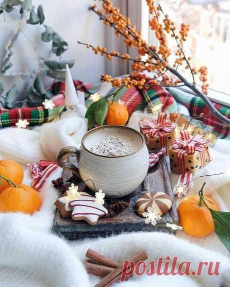 Хорошо когда утро в девять. Нет, в десять еще прекрасней, а в одиннадцать — уже разврат. К разврату кофе должно подавать в постель, на таком деревянном подносике, и чтобы кофейник и сливочник серебряные, а чашечка прозрачного фарфора, а в сахарнице под салфеточкой нечто благоуханное, похрустывающее и пышное, присыпанное корицей и ванильным сахаром...  Макс Фрай  #сны_и_явь@intensive_taropy