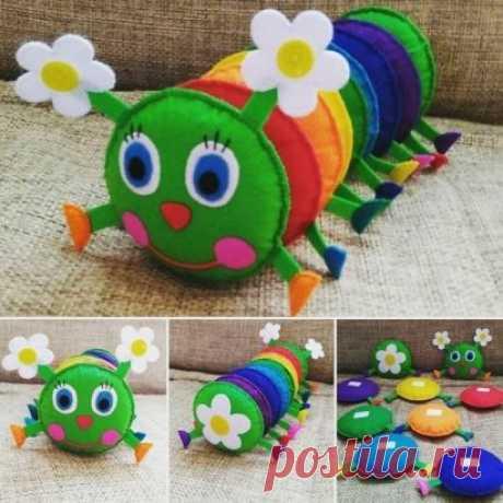 Игрушка - гусеница из фетра, которую ребенок может собрать сам.