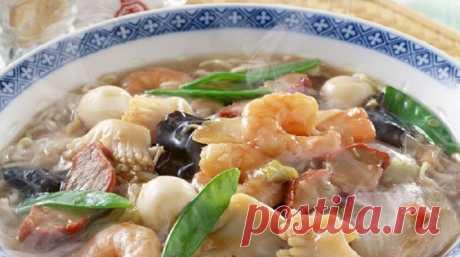 Суп из морепродуктов - ПУТЕШЕСТВУЙ ПО САЙТУ. Оригинальное блюдо —суп из морепродуктов —придаст неповторимости вечернему застолью. Богатый витаминами и микроэлементами суп из морепродуктов, рецепт которого содержит в равных долях множество элементов, послужит украшением стола. Красочный внешний вид и потрясающий аромат не оставят безразличными домочадцев. Ингредиенты: мидий, креветок, очищенного кальмара ― 300 грамм; двое черешков сельдерея; луковица большая; …