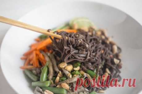 Диетический рецепт лапши с овощами   Приготовить лёгкий весенний обед можно, даже несмотря на пока ещё скудное разнообразие овощей на прилавках. Этот рецепт лапши — прямое тому доказательство.   Ингредиенты   Для лапши:   150 г свежих вёшенок;  1 небольшой свежий огурец;  1 небольшая морковь;  горсть замороженной стручковой фасоли;  75 г гречневой лапши соба;  1 зубчик чеснока;  2 столовые ложки соевого соуса;  ½ чайной ложки мёда;  2 столовые ложки растительного масла;  т...