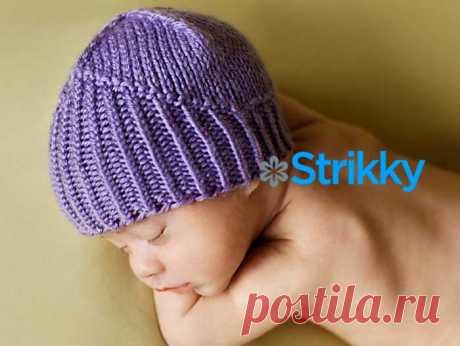 Красивая шапочка «Рыцарь» для малыша вязаная спицами. Вязка шапочки оригинальна, она рельефами изображает поднятое забрало рыцарского шлема. На головке сидит плотно, как настоящий шлем.