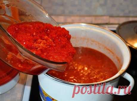 """Аджика  """"Заманиха""""   - 3 кг. помидор; - 8 штук болгарского перца; - 5 головок чеснока (не зубчиков ); - 1 стакан подсолнечного масла; - 1 стакан сахара; - 3 стол. ложки соли; - 4 стручка жгучего перца.  Наливаем в посудину масло, доводим до кипения, добавляем помидоры, прокрученные на мясорубке и варим 1 час. Потом добавляем болгарский перец и чеснок, тоже прокрученные на мясорубке и варить ещё 15 мин. Кто любит поострее - жгучий перец добавляйте вместе с болгарским, кто н..."""