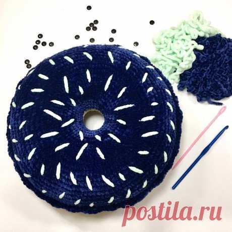 СХЕМА вязания крючком подушки пончик из плюшевой пряжи #схемыкрючком #вязанаяподушка #подушкакрючком #freecrochetpattern #crochetpattern #crochetpillow