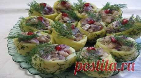Закуска из селедки и картошки, пальчики оближешь    Закуска из селедки и картошки — это блюдо, которое произведет настоящий фурор на вашем праздничном столе. Интересная форма подачи и оригинальная заправка сделают это блюдо гвоздем программы. Не о…