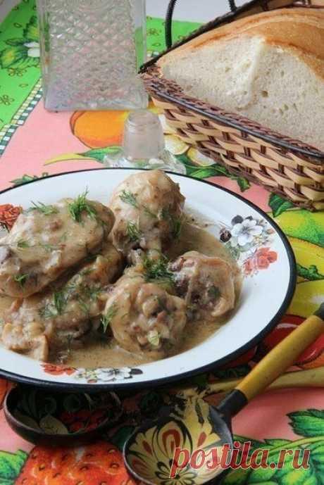 Гульчехра.  Гульчехра - это узбекское блюдо, которое представляет собой курицу, тушеную в молоке и сметане. Курочка, приготовленная по этому рецепту, получается очень нежной и сочной, соус потрясающе вкусный и ароматный. К такой курице подойдет идеально в качестве гарнира рис или картофельное пюре.  Для приготовления гульчехры нам понадобится: 1 кг курицы или ее частей; 4 луковицы; 10 зубчиков чеснока; 200 мл молока; 10 ст. л. сметаны; 1 ст. л. муки; 1 ч. л. хмели-сунели;...