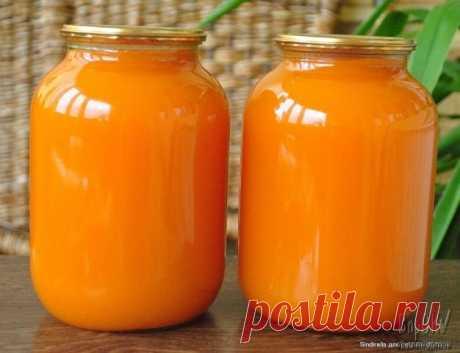 Тыквенный сок с мякотью   Понадобится:   2 кг очищенной тыквы  200 гр сахара  сок двух крупных апельсинов  0,5 ч.л. лимонной кислоты   Тыкву очистить, произвольно нарезать, сложить в кастрюлю, залить водой так, чтобы покрыла и поставить на огонь. Варить на медленном огне до полной готовности тыквы.   Далее тыкву следует измельчить блендером или протереть через сито.  Добавить апельсиновый сок, сахар, лимонную кислоту и снова поставить на огонь. Попробовать, довести до прия...