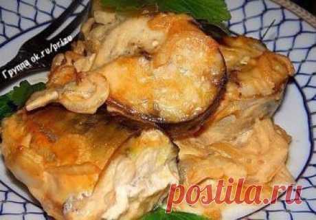 СОУС, КОТОРЫЙ СДЕЛАЕТ ИЗ ЛЮБОЙ РЫБЫ БЛЮДО С НЕЗЕМНЫМ ВКУСОМ! Предлагаем запечь рыбу в горчичном соусе-маринаде. Особо вкусной по этому рецепту получается скумбрия: нежная, сочная, с легкой кислинкой. В составе маринада есть соевый соус, поэтому блюдо солить не нужно. Если вы не сторонник майонеза, просто не добавляйте его. ИНГРЕДИЕНТЫ  - 2 скумбрии среднего размера  - 1 луковица  - 3 ст. л. соевого соуса  - 2 ст. л. горчицы  - 2 ст. л. майонеза ПРИГОТОВЛЕНИЕ Скумбрию вымой...