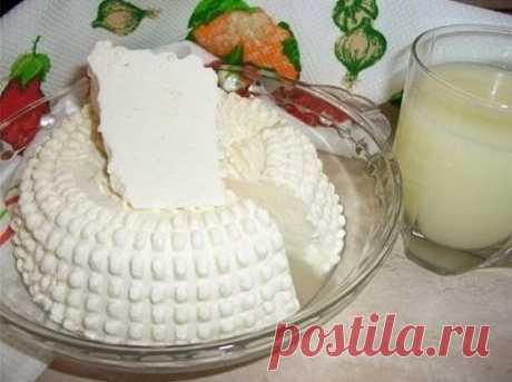"""Домашний сыр.  Замечательный рецепт домашнего сыра. Быстрый и """"без заморочек"""". Вкус типа сулугуни или нежной брынзы. Можно делать с укропом, кинзой, грецкими орехами, оливками, паприкой.  Ингредиенты:  1 литр молока 1 ст.л. крупной соли 200 мл сметаны 3 яйца  Приготовление:  В молоко положить соль и все это закипятить.  Сметану взбить с яйцами (просто равномерно соединить) и тонкой струйкой влить в кипящее молоко. Варить, помешивая, 3-4 минуты.  Когда образуются крупные хл..."""