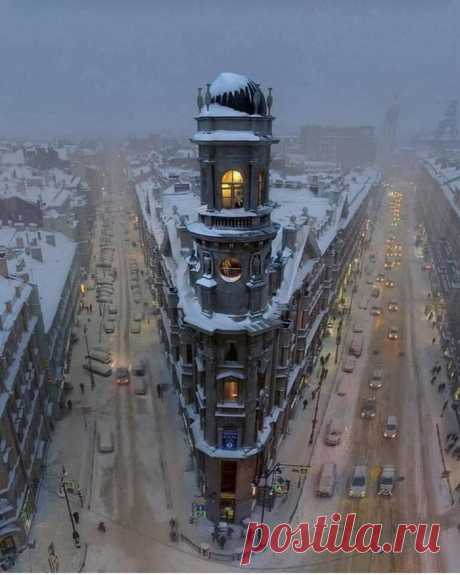"""""""Five Corners"""" is the unofficial name of this 5-way crossroads in the center of Saint Petersburg, Russia. This photo is just mesmerizing! - 9GAG"""